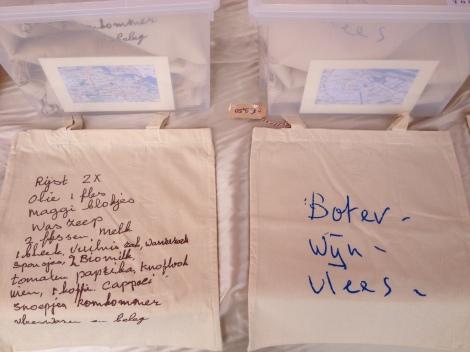 Zo'n leuk idee van Atelier Toilet: gevonden boodschappenlijstjes gezeefdrukt op linnen tasje. Natuurlijk hebben we er één gekocht!