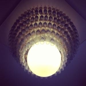 Gepaste verlichting. De champagne flutes hangen in de lucht.