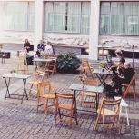 Onze verzameling krukjes, tafeltjes en stoeltjes vormde een speels terras