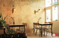 FIRST EET CAFE BOTANIC ROOM DOORKIJK LEESTAFEL