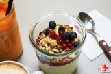 Lazy breakfast; homemade granola met yoghurt en vers fruit.