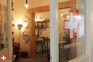 Vanuit het First Eet Café zo de First Eet Winkel in.