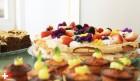 Bosvruchten meringue met slagroom en eetbare bloemetjes.