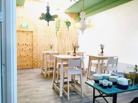 first-eet-cafe_nieuwe-barkrukken-en-tafels